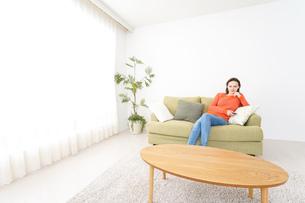 家でテレビを見る女性の写真素材 [FYI04712049]