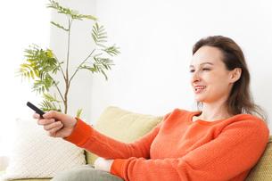 家でテレビを見る女性の写真素材 [FYI04712050]