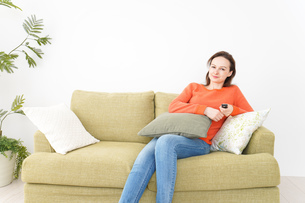 家でテレビを見る女性の写真素材 [FYI04712052]