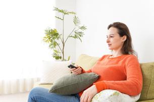 家でテレビを見る女性の写真素材 [FYI04712053]