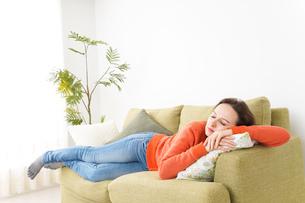 家で仮眠を取る女性の写真素材 [FYI04712054]