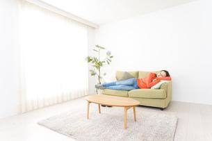 家で仮眠を取る女性の写真素材 [FYI04712055]
