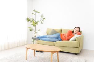 家で仮眠を取る女性の写真素材 [FYI04712056]
