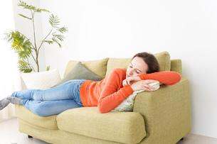 家で仮眠を取る女性の写真素材 [FYI04712058]