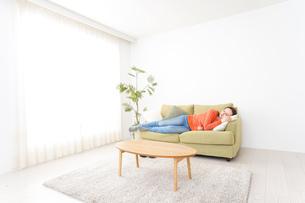 家で仮眠を取る女性の写真素材 [FYI04712059]