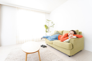 家で仮眠を取る女性の写真素材 [FYI04712060]