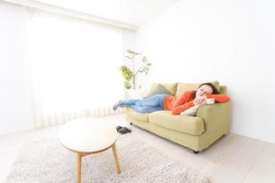 家で仮眠を取る女性の写真素材 [FYI04712061]