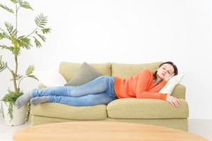 家で仮眠を取る女性の写真素材 [FYI04712062]