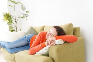 家で仮眠を取る女性の写真素材 [FYI04712063]