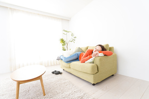 家で仮眠を取る女性の写真素材 [FYI04712064]