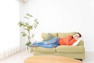 家で仮眠を取る女性の写真素材 [FYI04712065]