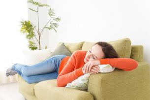 家で仮眠を取る女性の写真素材 [FYI04712066]
