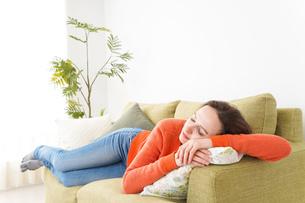 家で仮眠を取る女性の写真素材 [FYI04712067]