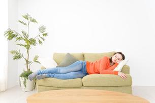 家で仮眠を取る女性の写真素材 [FYI04712068]