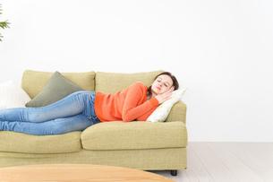 家で仮眠を取る女性の写真素材 [FYI04712069]