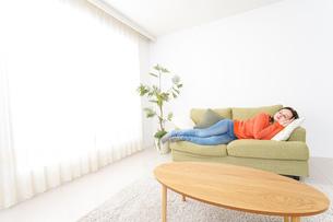 家で仮眠を取る女性の写真素材 [FYI04712070]