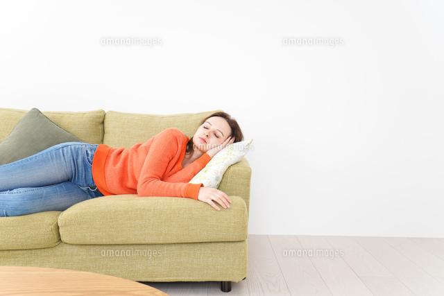家で仮眠を取る女性の写真素材 [FYI04712071]