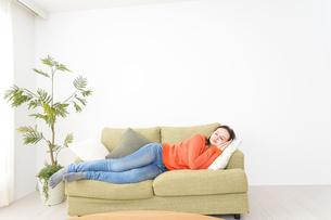 家で仮眠を取る女性の写真素材 [FYI04712072]