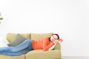 家で仮眠を取る女性の写真素材 [FYI04712073]