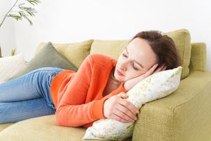 家で仮眠を取る女性の写真素材 [FYI04712074]