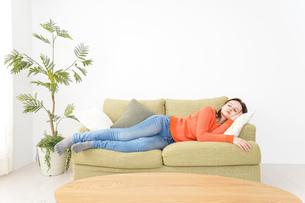家で仮眠を取る女性の写真素材 [FYI04712075]