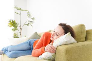 家で仮眠を取る女性の写真素材 [FYI04712076]