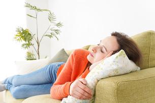 家で仮眠を取る女性の写真素材 [FYI04712077]