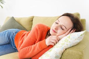 家で仮眠を取る女性の写真素材 [FYI04712078]