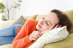 家で仮眠を取る女性の写真素材 [FYI04712080]