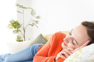 家で仮眠を取る女性の写真素材 [FYI04712081]