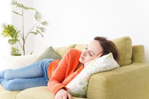 家で仮眠を取る女性の写真素材 [FYI04712082]
