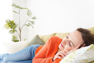 家で仮眠を取る女性の写真素材 [FYI04712083]