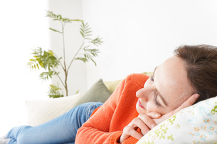 家で仮眠を取る女性の写真素材 [FYI04712084]