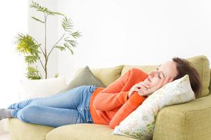 家で仮眠を取る女性の写真素材 [FYI04712085]
