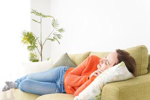 家で仮眠を取る女性の写真素材 [FYI04712088]
