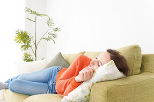 家で仮眠を取る女性の写真素材 [FYI04712093]