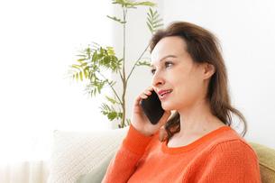 家で通話をする若い女性の写真素材 [FYI04712121]