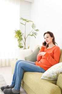 家で通話をする若い女性の写真素材 [FYI04712130]