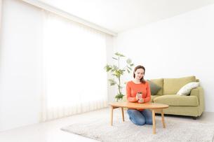 家でコーヒーを飲む若い女性の写真素材 [FYI04712137]