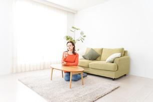 家でコーヒーを飲む若い女性の写真素材 [FYI04712139]