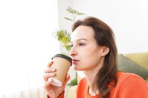 家でコーヒーを飲む若い女性の写真素材 [FYI04712147]