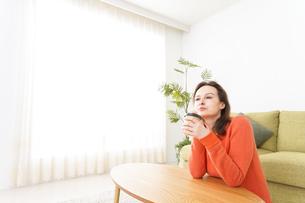 家でコーヒーを飲む若い女性の写真素材 [FYI04712151]