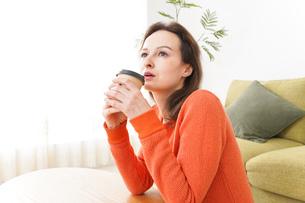 家でコーヒーを飲む若い女性の写真素材 [FYI04712153]