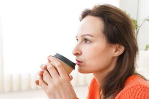 家でコーヒーを飲む若い女性の写真素材 [FYI04712162]