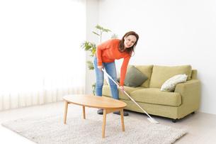 家を掃除する若い女性の写真素材 [FYI04712166]