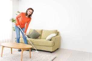 家を掃除する若い女性の写真素材 [FYI04712169]