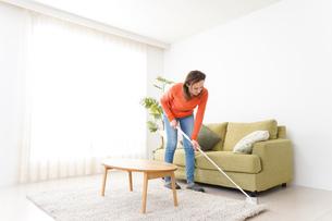 家を掃除する若い女性の写真素材 [FYI04712172]
