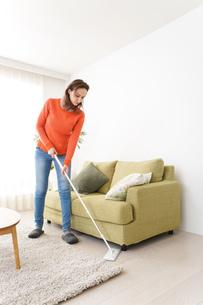 家を掃除する若い女性の写真素材 [FYI04712173]