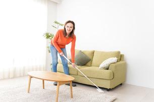 家を掃除する若い女性の写真素材 [FYI04712174]
