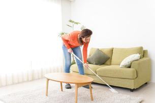 家を掃除する若い女性の写真素材 [FYI04712177]